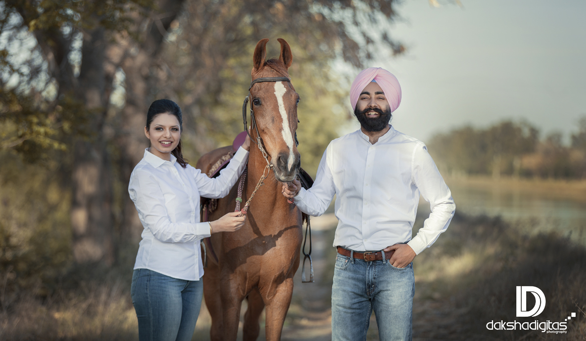 horse riding wedding couple